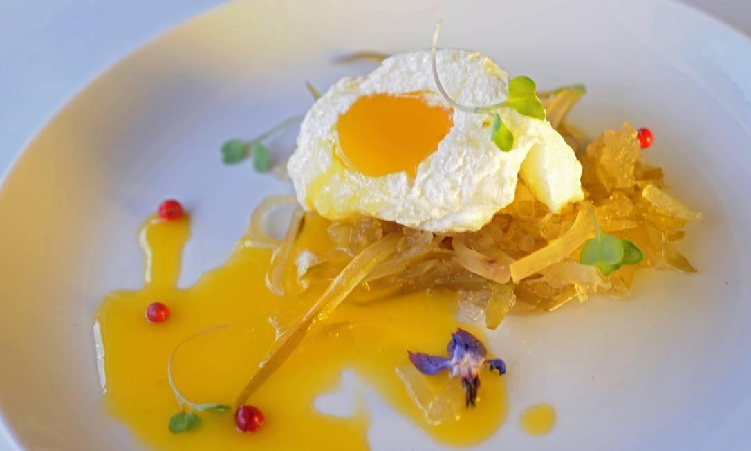 E de sobremesa, ovo doce no ninho de mamão verde Adriana Lorete/O Globo