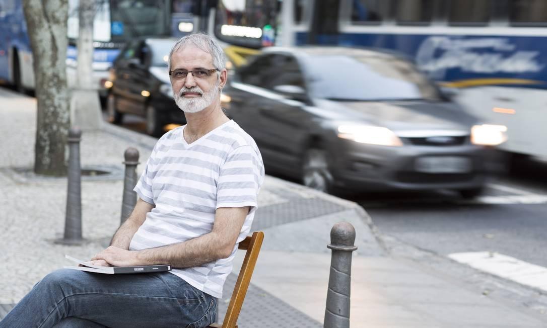 """O professor Aristides Claro """"em casa"""" na Avenida Presidente Wilson Foto: Daniela Dacorso"""