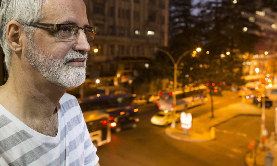 Da sua janela, Aristides Claro contempla a agitação da cidade Foto: Daniela Dacorso