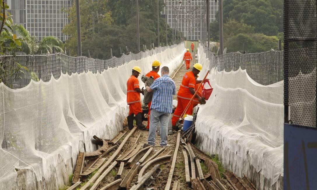 Operários trabalham na substituição dos trilhos sobre os Arcos da Lapa - Foto: Marcos Tristão