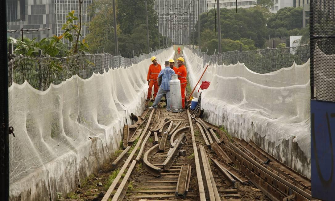 Operários começam a retirar os trilhos em cima dos Arcos da Lapa Foto: Marcos Tristão / Agência O Globo