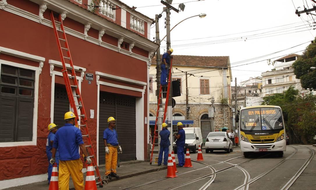 Após a retirada da rede aérea de Santa Teresa, será iniciada a substituição dos 28,6 quilômetros de cabos de energia. Foto: Marcos Tristão / Agência O Globo