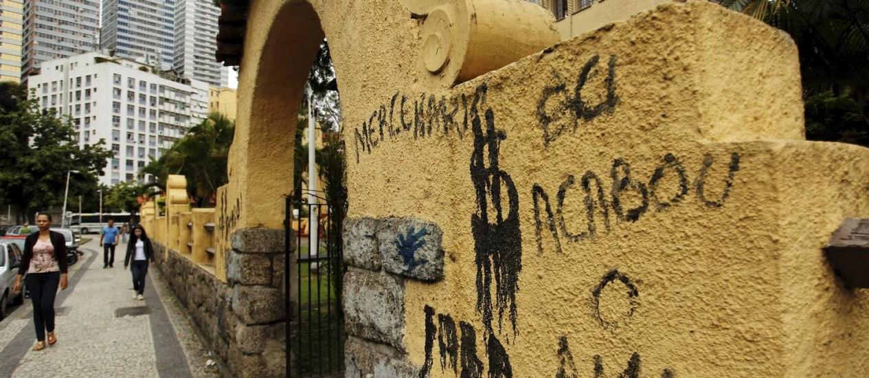 Muro da sede do Botafogo, em General Severiano, é pichado depois do anúncio da venda do jogador Vitinho Foto: Gabriel de Paiva / Agência O Globo