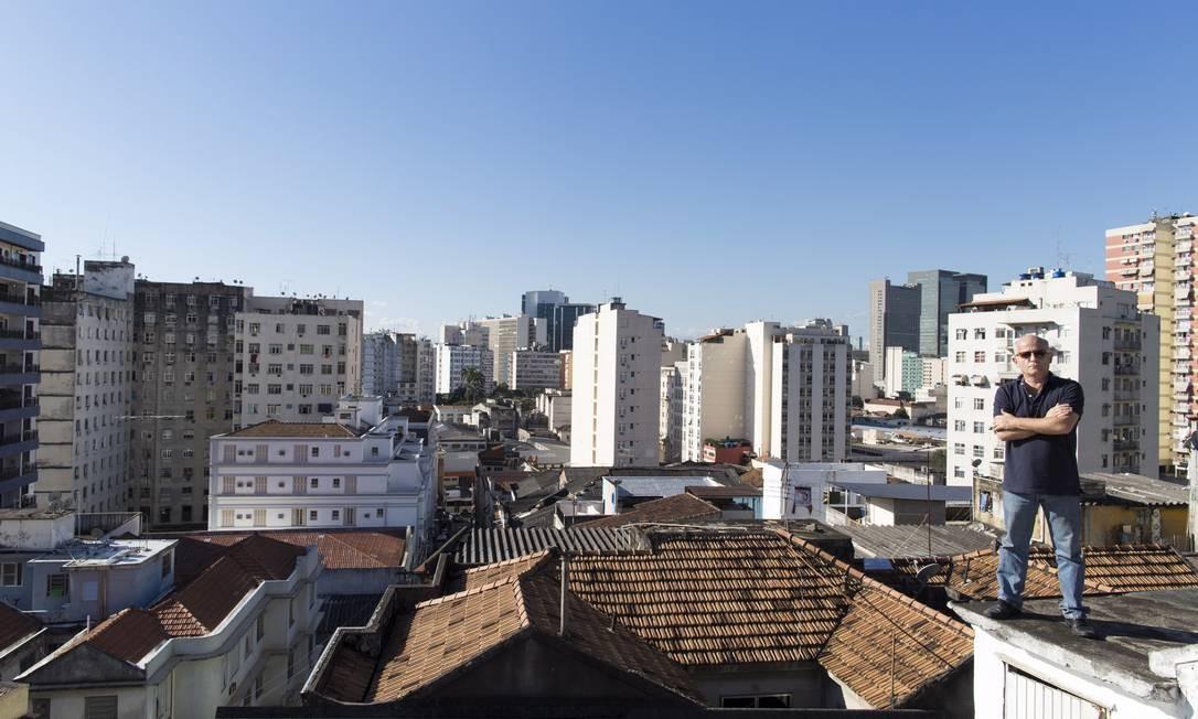 Fotógrafo e blogueiro, Fernando Rabelo tem uma bela vista do Centro no terraço de seu apartamento, na Rua Monte Alegre Foto: Daniela Dacorso