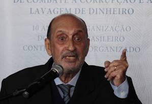 Ministro Gilson Dipp diz que só voltará à comissão se o governo fizer mudanças Foto: O Globo / Andre Coelho