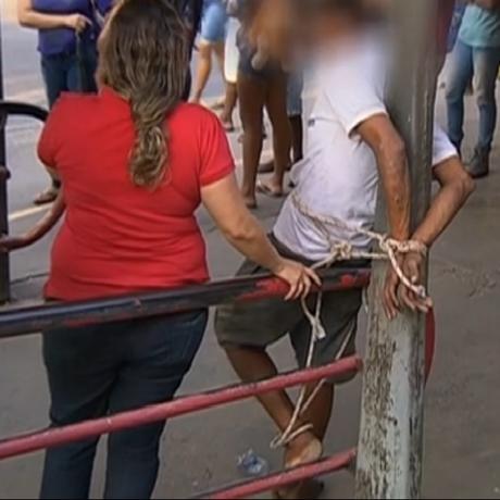 Sobrinha ao lado do tio, que foi amarrado para não fugir do atendimento médico Foto: Reprodução da GloboNews