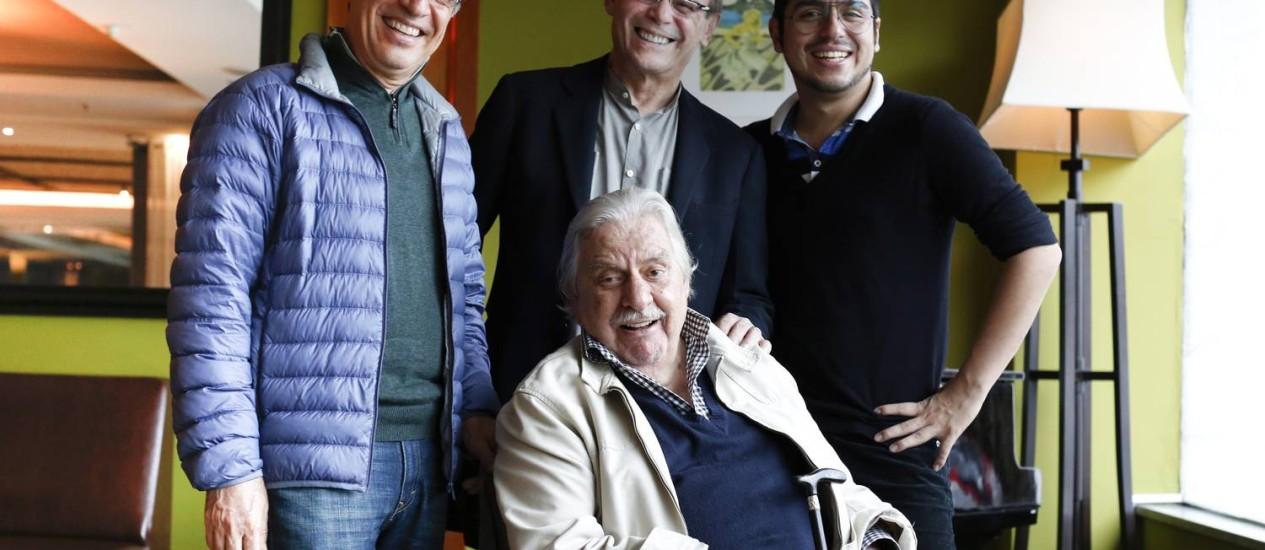 Paulo Betti, José Wilker e Caike Luna com o diretor de 'Casa da mãe Joana 2', Hugo Carvana (sentado): amigos na vida real Foto: O Globo / Daniela Dacorso