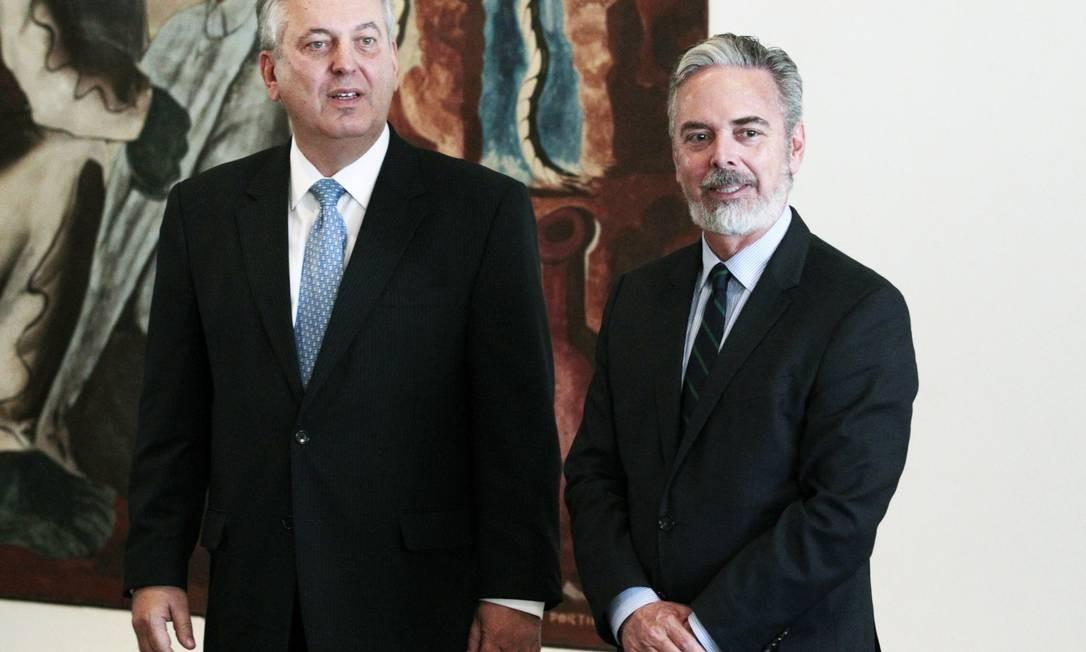 Patriota e Figueiredo durante a cerimônia de transmissão do cargo de ministro das Relações Exteriores, no Itamaraty Foto: Jorge William / Agência O Globo