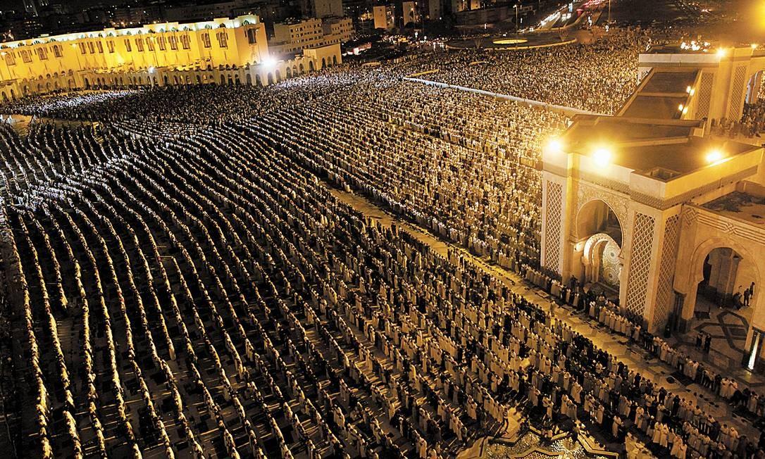 Fiéis se em frente à Mesquita Hassan II, em Casablanca, durante o Ramadã Foto: REUTERS