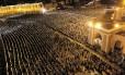 Fiéis se em frente à Mesquita Hassan II, em Casablanca, durante o Ramadã
