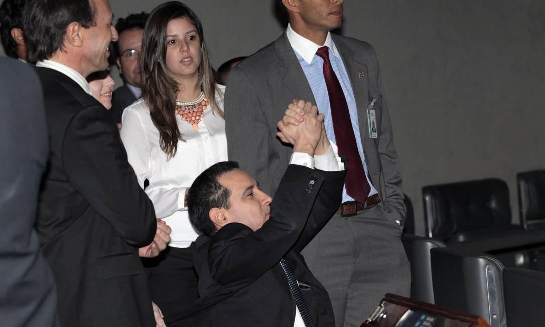 Donadon se ajoelhou e agradeceu após ter seu mandato mantido pela Câmara Foto: Jorge William / Agência O Globo