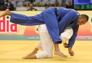 Victor Penalber (de branco) venceu Josateki Naulu na primeira luta no Mundial de Judô Foto: Alexandre Cassiano / Agência O Globo