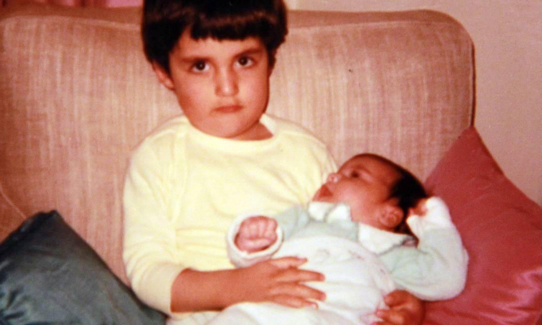 Eduardo Saboia quando era garoto com irmão no colo Foto: Reprodução