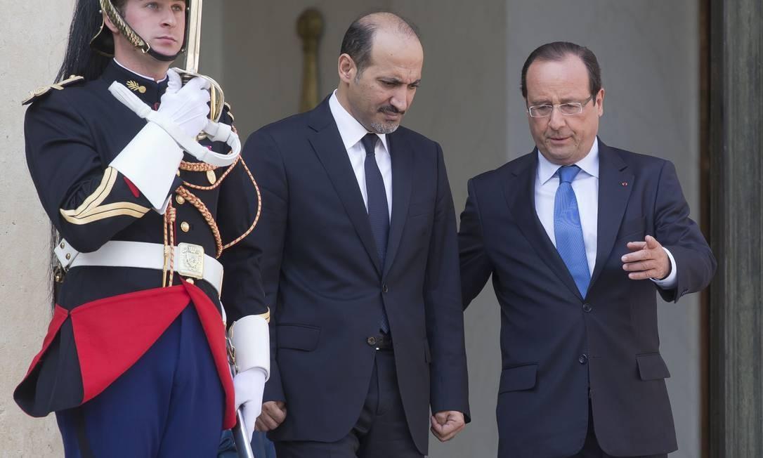 Chefe da Coalizção Nacional Síria, Ahmad al-Jarba (à esq.), e o presidente da França, Francois Hollande (à dir.) no final de uma reunião no Palácio Elysee, em Paris Foto: Michel Euler / AP