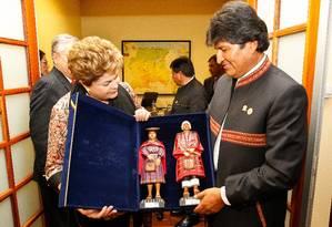 Presidenta Dilma Rousseff ganha do presidente Evo Morales dois bonecos típicos da Bolívia Foto: Roberto Stuckert Filho/ / PR