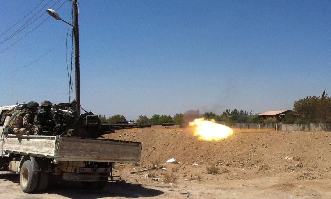 Tropas sírias disparam em Ghouta, em Damasco Foto: SAM SKAINE / AFP