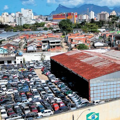 O depósito do Detran, no Barreto, está cheio de veículos que foram apreendidos: órgão enfrenta problemas com empresa contratada para fazer o reboque Foto: Pedro Teixeira