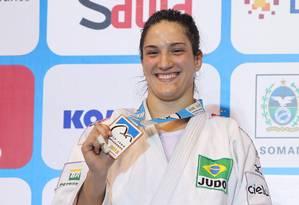O sorriso de Mayra ao ganhar a nova medalha Foto: Alexandre Cassiano / Agência O Globo
