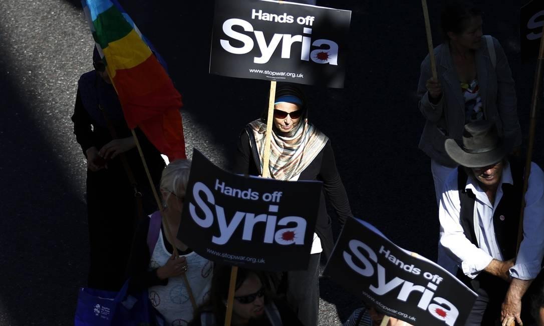 Manifestantes caminham pelas ruas do centro de Londres contra possível ataque à Síria Foto: OLIVIA HARRIS / REUTERS