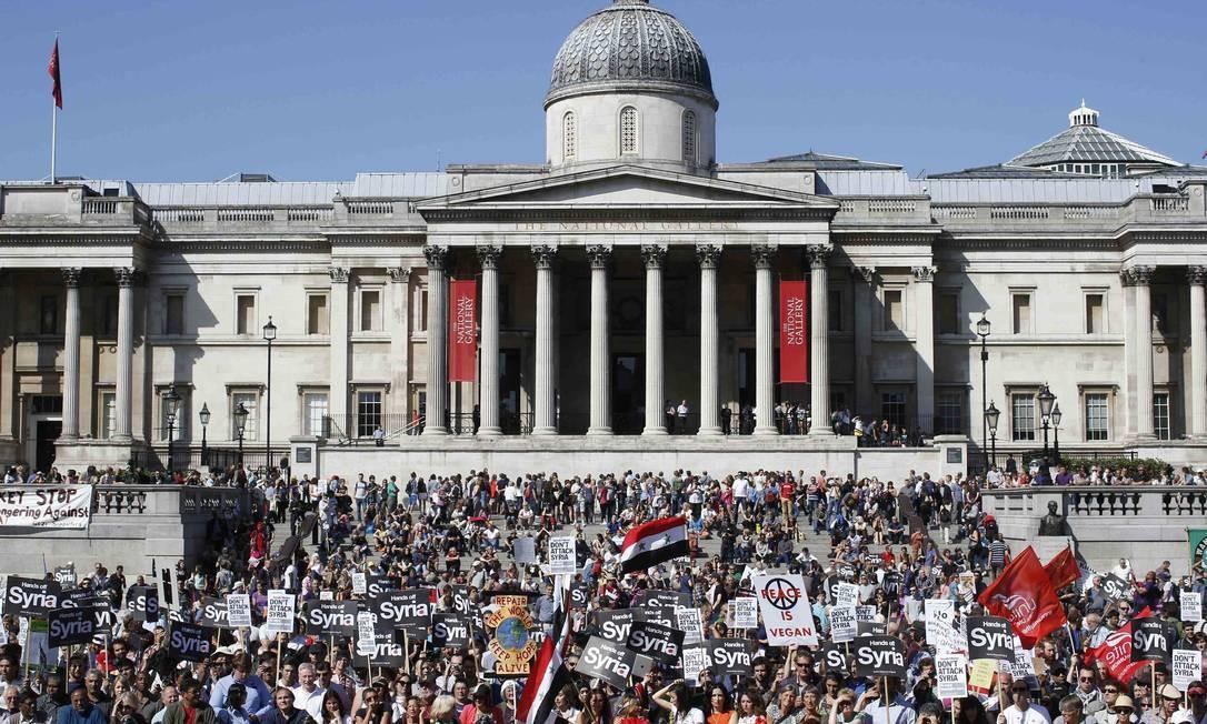 Manifestantes protestam contra potenciais ataques ao governo sírio na Trafalgar Square, no centro de Londres Foto: OLIVIA HARRIS / REUTERS