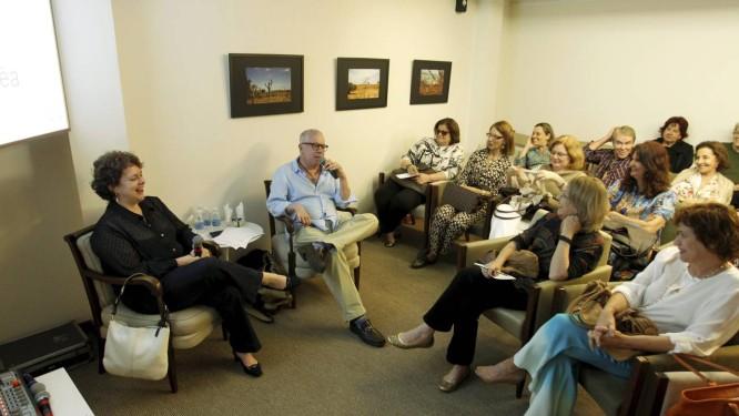 O arquiteto Chicô Gouveia conversa com o público, conduzido pela a editora do caderno Ela, Ana Cristina Reis, na Casa do Saber O GLOBO, na Lagoa Foto: Gabriel de Paiva