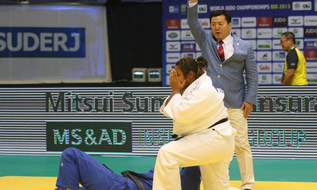 Maria Suelen Altheman (de branco) ficou com a medalha de prata no Mundial de Judô Foto: Marcelo Carnaval / Agência O Globo
