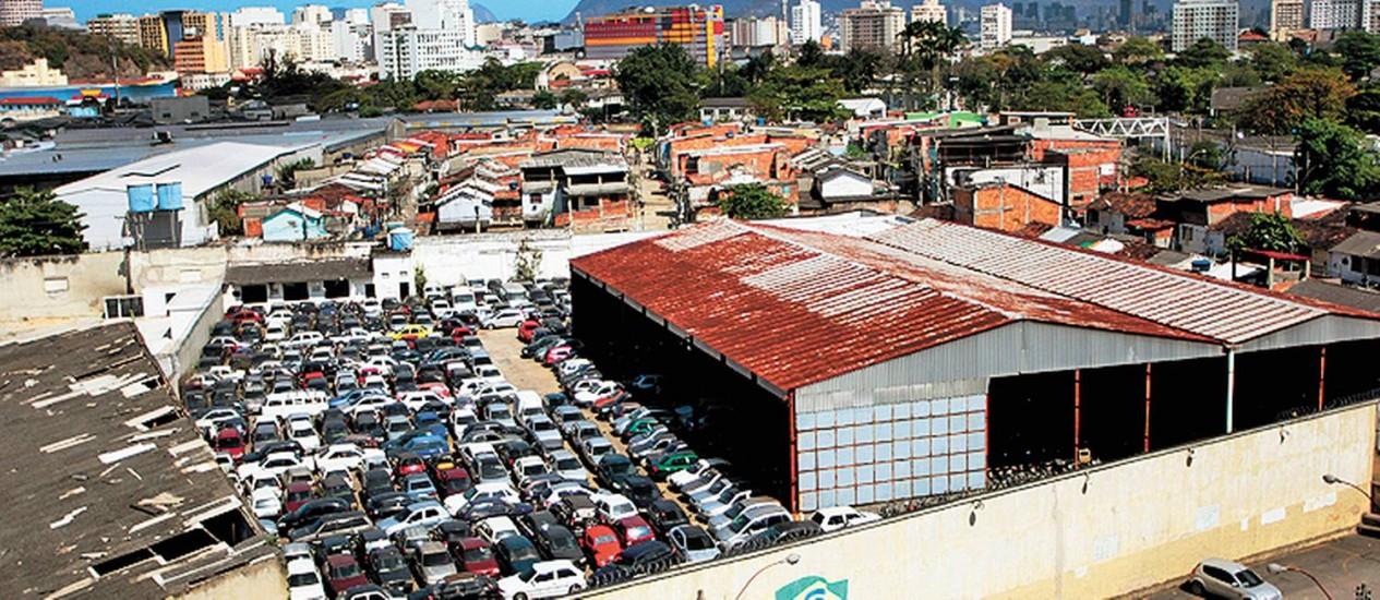 NI - Rio de Janeiro (RJ) 28/08/2013 Depósito do Detran em Niterói está lotado e os carros estão sendo levados para Tanguá Fotos: Pedro Teixeira/ O Globo Foto: Freelancer / Agência O Globo
