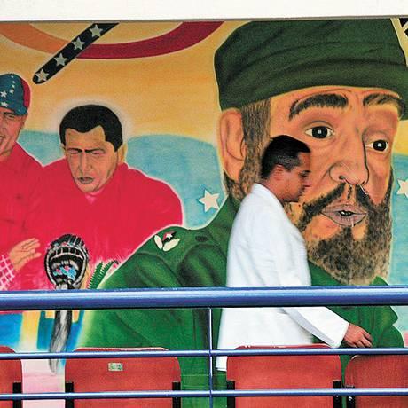 Saúde. Médico cubano em um módulo do Barrio Adentro, na Venezuela Foto: Terceiro / El Nacional/Carlos Ramirez/23-10-2007