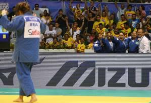 Mayra Aguiar comemora a vitória sobre a coreana Jung Lee Foto: Marcelo Carnaval / Agência O Globo