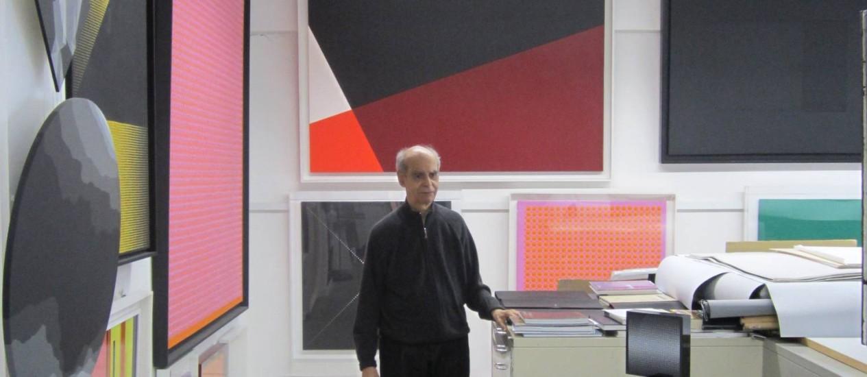 Em seu ateliê, em Hamburgo, Almir Mavignier reúne as obras mais significativas dos seus 60 anos de carreira Foto: Divulgação