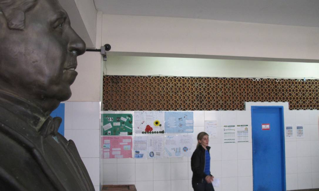 Busto do ex-presidente Costa e Silva divide espaço com desenhos infantis em pátio da escola municipal que leva seu nome, em Botafogo Foto: Agência O Globo / Leonardo Vieira