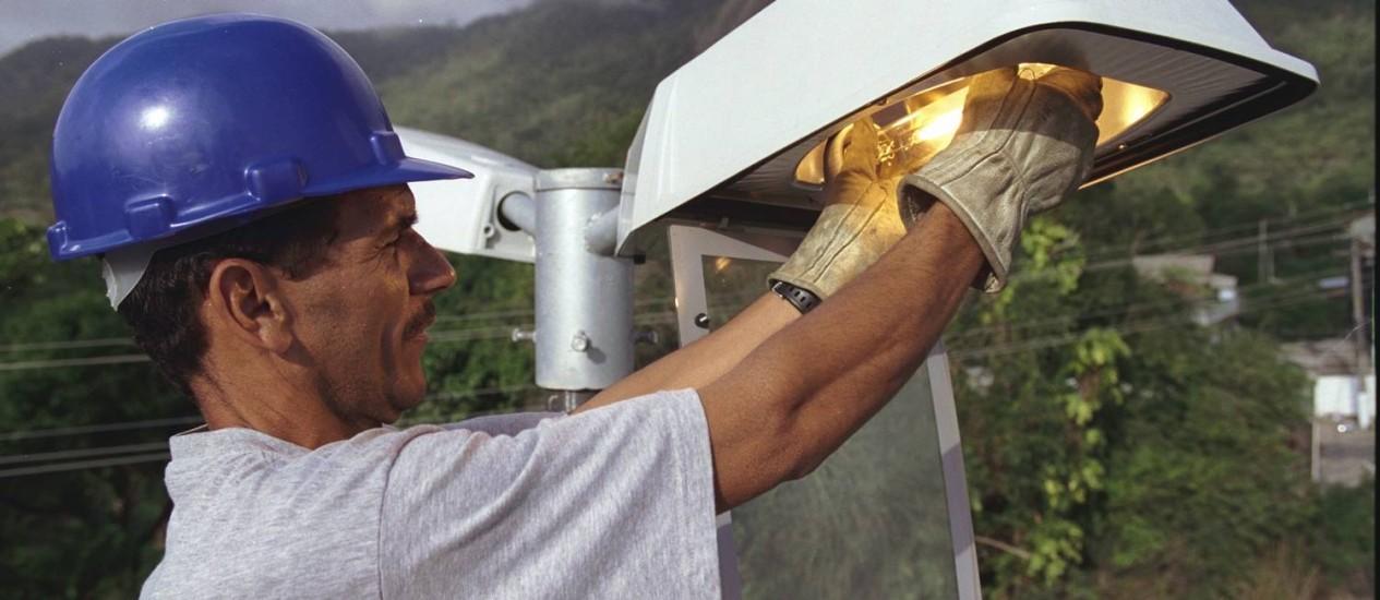 Troca de lâmpadas em 72 horas Foto: Gabriel de Paiva / O Globo