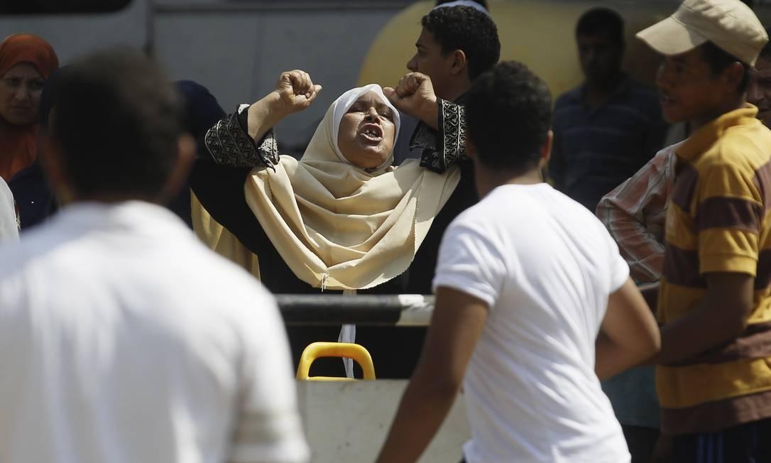 Egípcia protesta diante de uma delegacia após explosão em Gizé Foto: AMR ABDALLAH DALSH / REUTERS