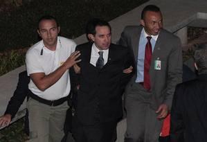 O deputado Natan Donadon (RO) deixa a Câmara dos Deputados após ser absolvido no processo de cassação e entra algemado na viatura da polícia Foto: André Coelho / Agência O Globo