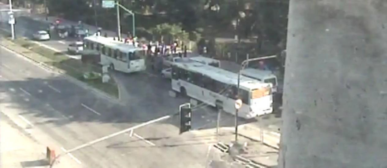 Manifestação na Av. Ayrton Senna congestiona a Linha Amarela Foto: Reprodução - Centro de Operações Rio
