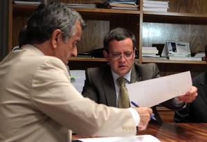 Líder do PSB na Câmara, deputado Beto Albuquerque (RS), entrega representação por quebra de decoro parlamentar contra Donadon Foto: Givaldo Barbosa/ O Globo