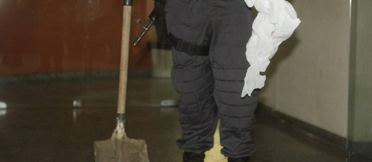 Jovens usaram uma pá para enterrar o homem em Ipanema Foto: Felipe Hanower / Agência O Globo