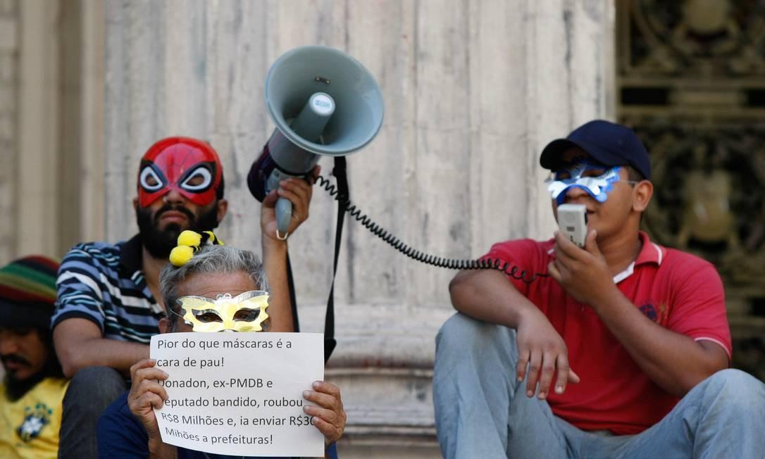 Grupo faz protesto na escadaria da Alerj Foto: Pablo Jacob / Agência O Globo