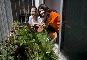 AM Rio de Janeiro RJ 29/08/2013 Luzia London e sua filha Alice têm uma horta no apartamento, no Cosme Velho. Foto Simone Marinho / Agencia O Globo Foto: Simone Marinho / Agência O Globo
