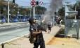 Policial militar dispara tiro de bala de borracha para conter manifestantes na estação Margaça do BRT
