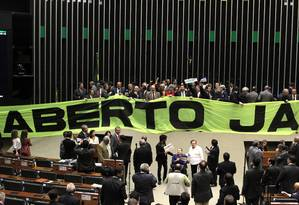 Parlamentares fazem manifestação no plenário da Câmara, onde pedem o voto aberto Foto: Givaldo Barbosa / O Globo