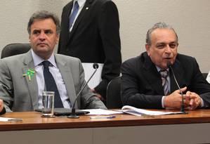 Aécio ao lado do deputado Sérgio Guerra (PE), durante o lançamento do Portal Social do Brasil - Foto: Givaldo Barbosa / Agência O Globo