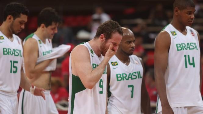 Marcelo Tieppo (9) reage desapontado após derrota da seleção brasileira de  basquete por 78 613675b46612a