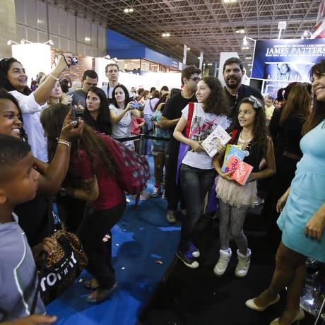 Público fiel. Na Bienal do Livro, Thalita Rebouças recebe os fãs: a escritora teve a noite de autógrafos vetada no NorteShopping Foto: Daniela Dacorso / O Globo