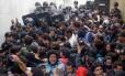 Fim do protesto. Professores são retirados pela PM de centro administrativo do governo estadual