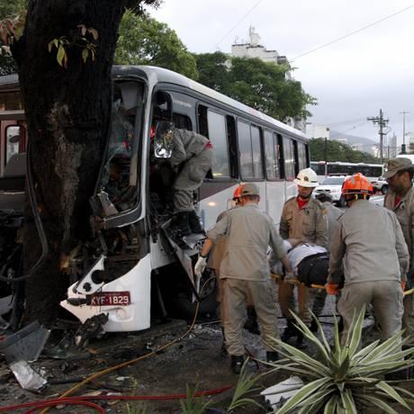 Bombeiros resgatam motorista que ficou preso às ferragens após ônibus colidir em árvore na Av. Maracanã Foto: Marcos Tristão / Agência O Globo