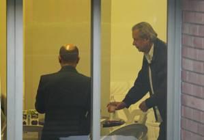 Dirceu acompanhou o julgamento nesta quinta-feira ao lado de amigos no salão de festas do seu prédio - Foto: Marcos Alves - Agência O Globo
