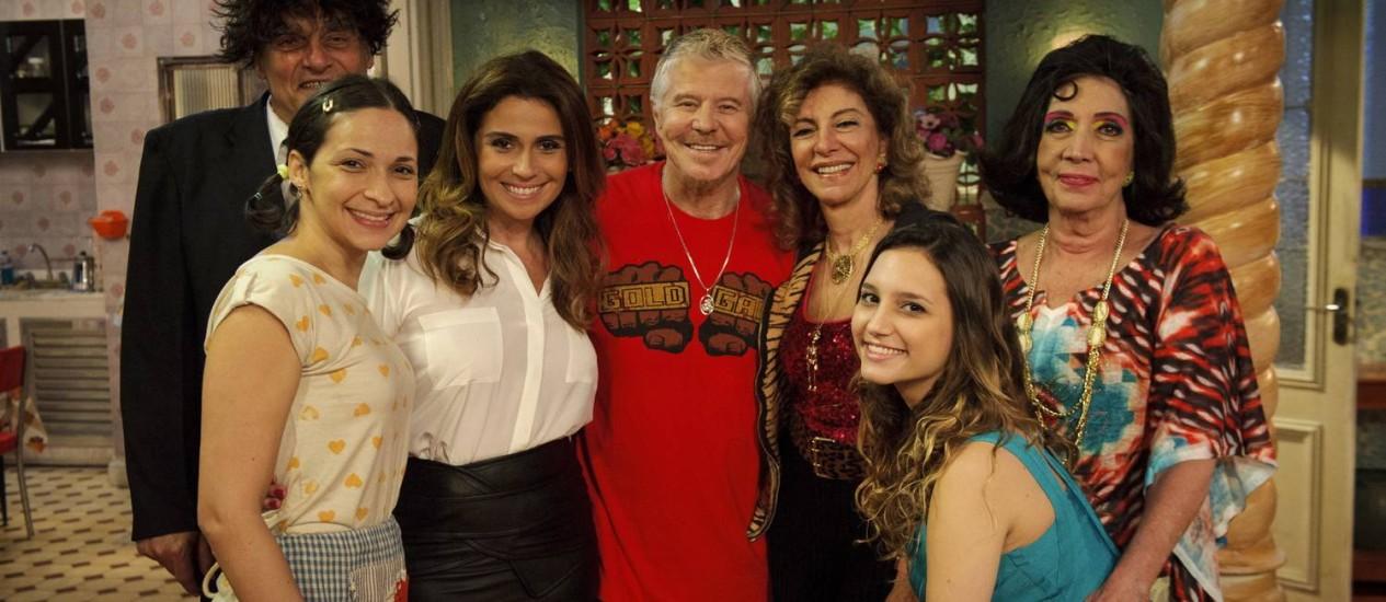 Giovanna posa com Miguel Falabella, Marília Pêra e outros atores do elenco de 'Pé na cova' Foto: TV Globo/Divulgação