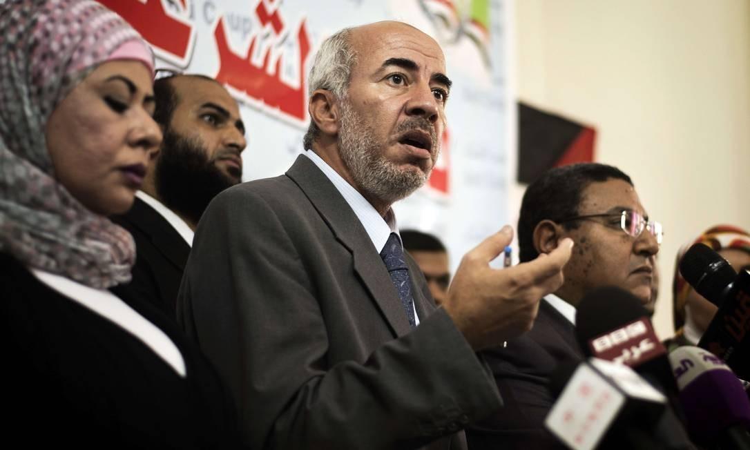Braço político da Irmandade Muçulmana, Khalid Hanafy (centro), com membros da coalizão islâmica, no Cairo Foto: GIANLUIGI GUERCIA / AFP