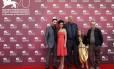Da direita para a esquerda: o Merzak Allouache com os atores Myriam Ait El Hadj, Hacene Benzerari, Mariem Medjkane e Nadjib Oulebsir na sessão de fotos do filme 'Les Terrasses'